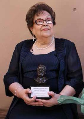 Lupita Kirarte recibe el Premio Rubén Vizcaíno